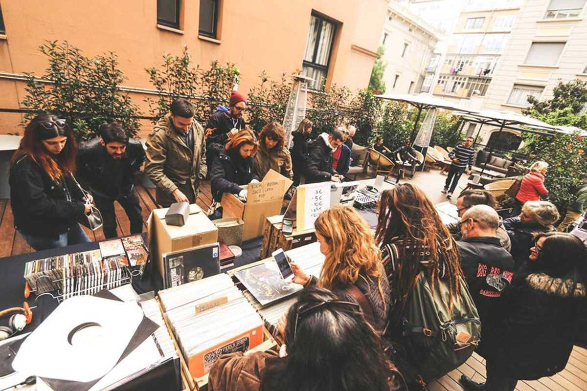 hola sundays vinyl market